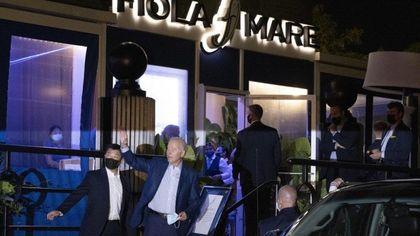 Niente mascherina, Joe e Jill Biden colti in flagrante all'uscita del ristorante