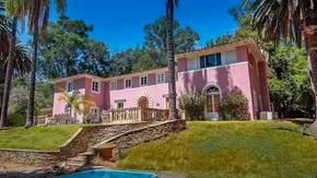 Il fratellastro di Bin Laden vende la sua villa a Bel Air; è abbandonata dal giorno dell'attentato alle Torri Gemelle