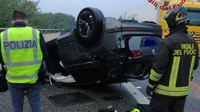 Auto si ribalta sull'autostrada A26 a Cressa, due feriti trasportati all'ospedale