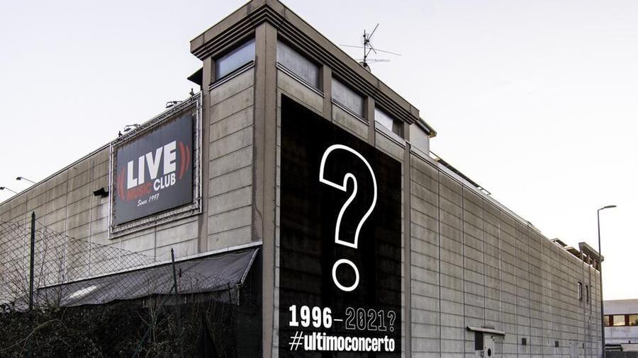 Il grande punto interrogativo affisso sullo stabile del Live Club di Trezzo d'Adda