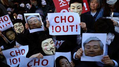 Una busta di nocciole e una bottiglietta d'acqua mandano in disgrazia i potenti coreani