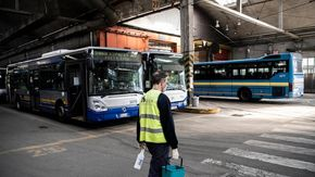 Torino, senza mascherina sul bus aggredisce l'autista