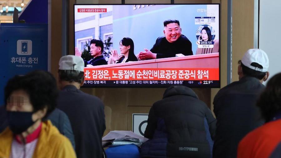 Nord Corea, Kim Jong-un riappare in pubblico dopo 20 giorni e inaugura una fabbrica di fertilizzanti