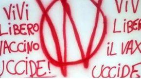 Raid dei Vi-vi a colpi di vernice, imbrattati di scritte no vax i muri in centro a Torino