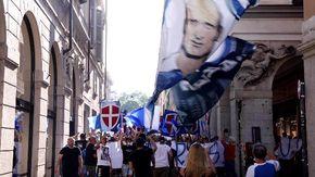 Cori e banconote finte: sfila nel centro la protesta dei tifosi del Novara