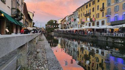 Milano al tramonto, lo spettacolo del cielo rosa dai Navigli al Duomo