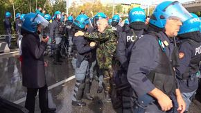 Trieste, manifestante si sente male: poliziotti lo soccorrono poi l'abbraccio con un agente