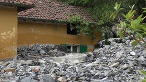 Maltempo nel Comasco: la colata di fango e sassi travolge le case di Laglio