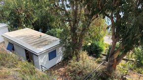 Cervo, ex campeggio a Capo Mimosa preda del degrado: casette in stato di abbandono ed erbacce