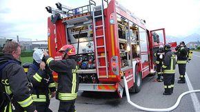 Auto colpita da alcuni alberi caduti in via Ogliaro a Biella: due feriti