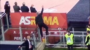 """Roma-Napoli, Mourinho si arrampica sulla vetrata dello stadio: """"Quando sei senza biglietto e vuoi vedere la gara"""""""