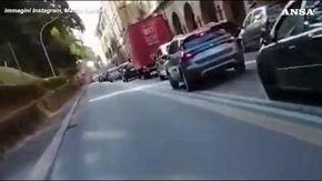 L'ultima gaffe della sardina Santori: in moto contromano sulla preferenziale