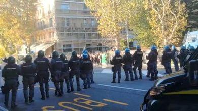 Trieste, le forze dell'ordine caricano i manifestanti con idranti e lacrimogeni